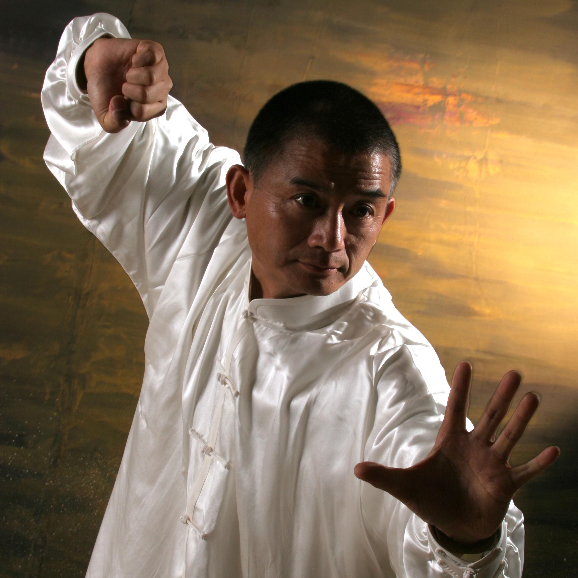 Il maestro Wang pratica