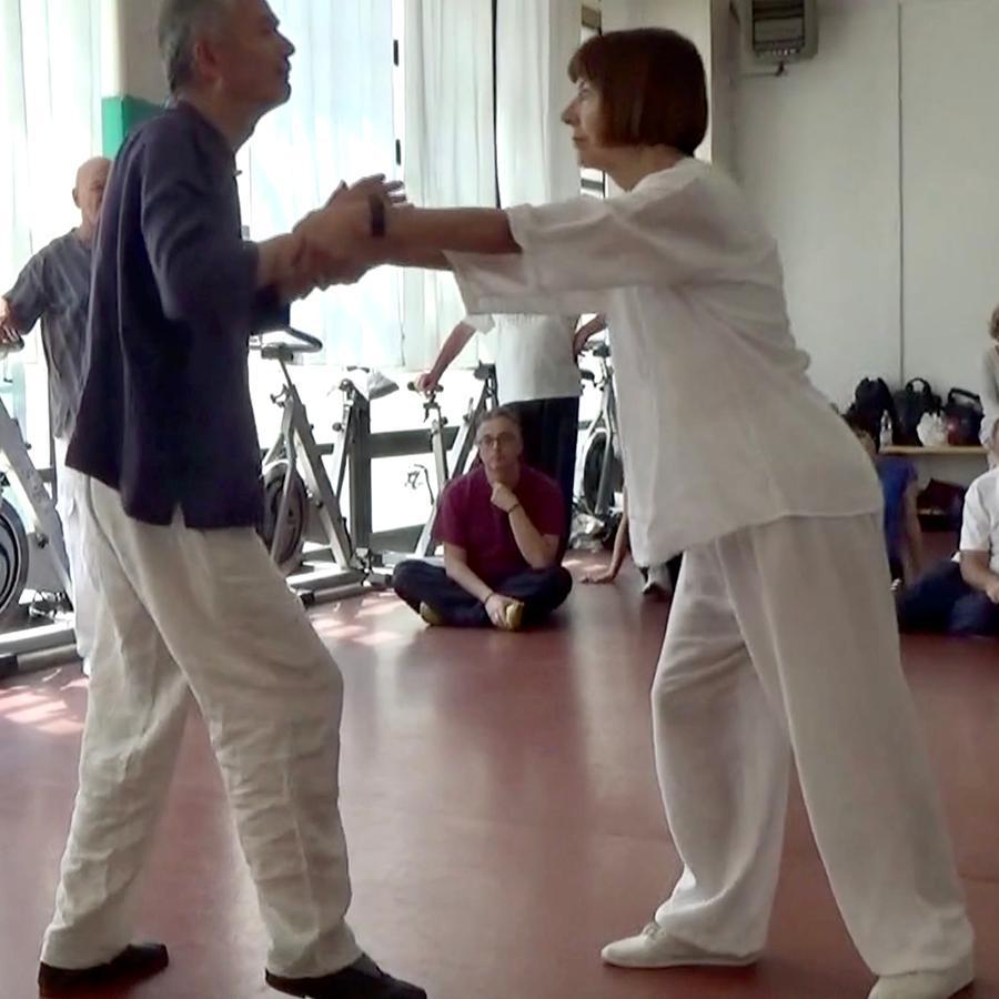 Il maestro Wang pratica con Stefania Casini